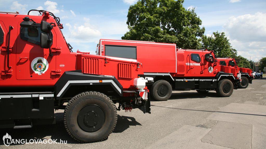 Páncélozott tűzoltóautókat is átadtak az Országos Katasztrófavédelmi Főigazgatóságon