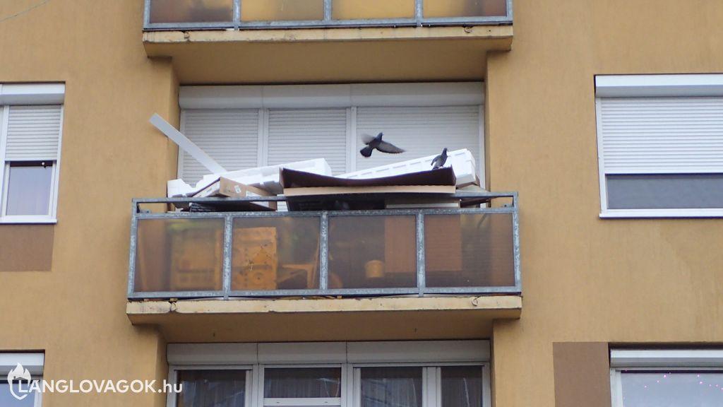 Lomokkal teli erkély Budapesten