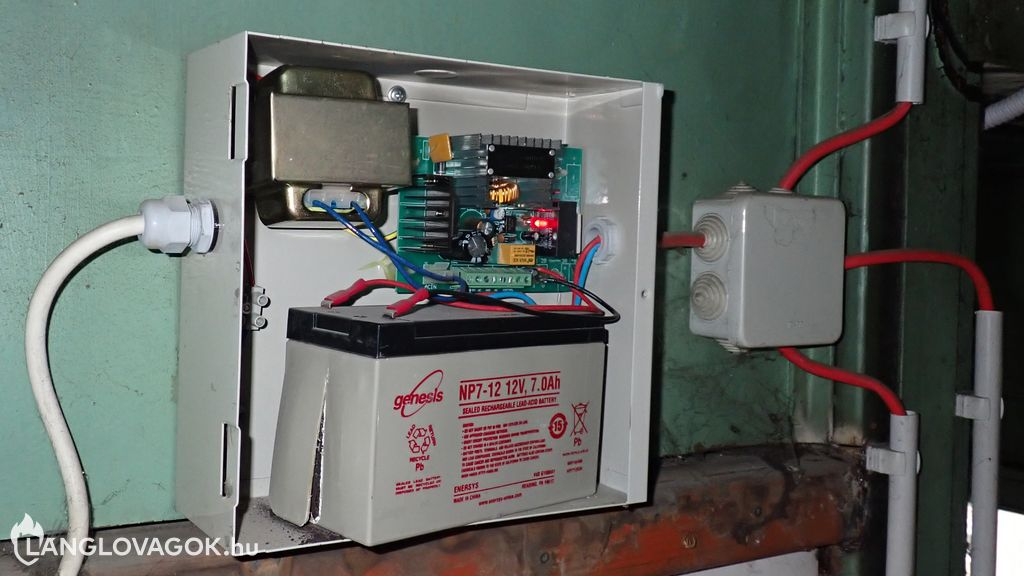 Szétnyílt akkumulátor a füstelvezetőnél